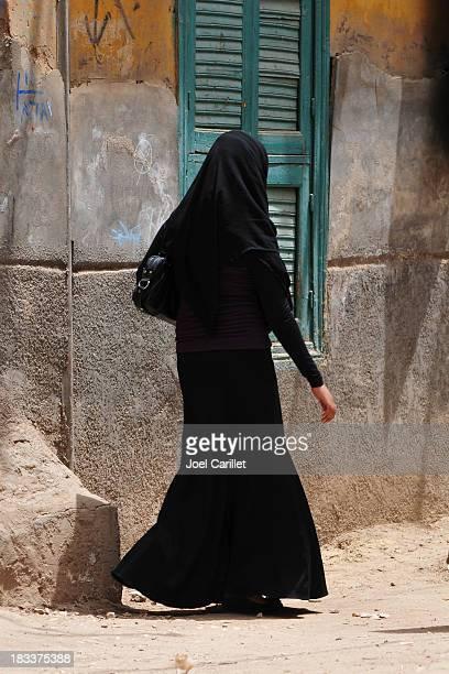 Vorsichtigen angezogen muslimische Frau in Luxor, Ägypten