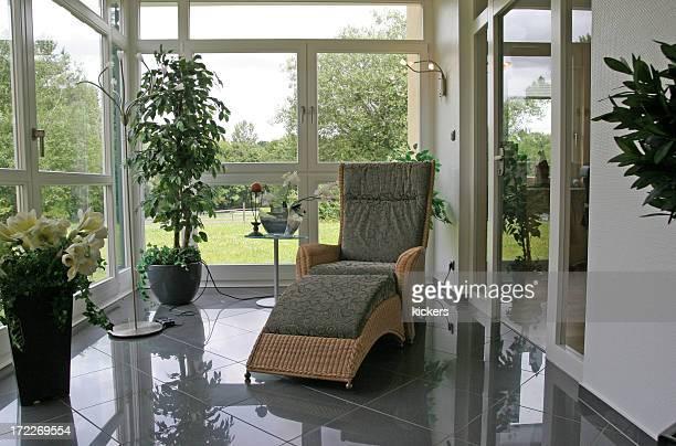 Véranda avec un fauteuil de lecture