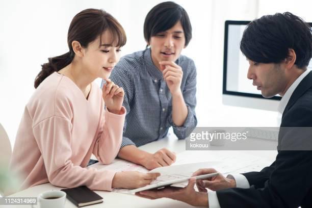 カップルで幸せな相談をしながら新居をご検討ください。 - 賃貸借 ストックフォトと画像