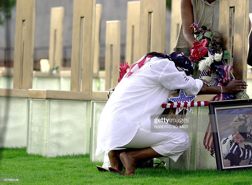 US-OKLAHOMA MEMORIAL-WOMAN AT CHAIR : News Photo