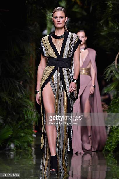 Constance Jablonski walks the runway during the Balmain show as part of the Paris Fashion Week Womenswear Spring/Summer 2017 on September 29, 2016 in...