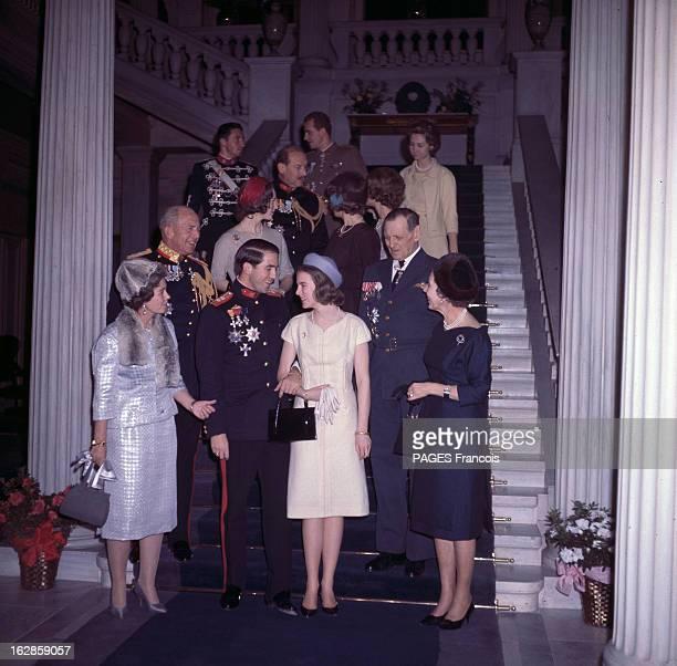 Constantine Ii Of Greece A l'intérieur d'un palais sur un escalier les proches du couple posant sur les marches derrière CONSTANTIN II DE GRECE en...