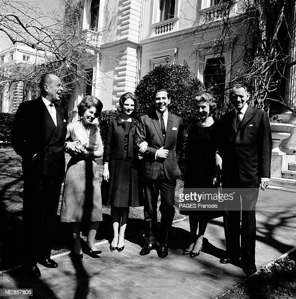 Constantine Ii Of Greece Le 27 novembre 1963 à Athènes en Grèce les fiancés CONSTANTIN II DE GRECE et ANNEMARIE DE DANEMARK posant entre les couples...
