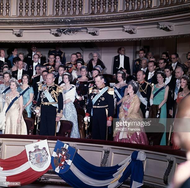 Constantine Ii Of Greece Sur un balcon intérieur portant les drapeaux danois et grec des membres des deux familles royales au premier rang de gauche...