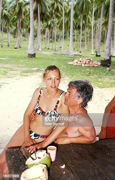 """Constanze Engelbrecht, Ehemann;Francois Nocher, ZDF-Serie """"Insel der;Träume"""", Palmen, Tisch, Bikini, Urlaub,"""