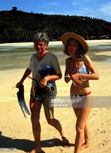 Constanze Engelbrecht mit Ehemann Francois;Nocher in Thailand, Urlaub, Strand, Hut, Wasser, Meer, Schauspielerin, Promis, Prominente, Prominenter,
