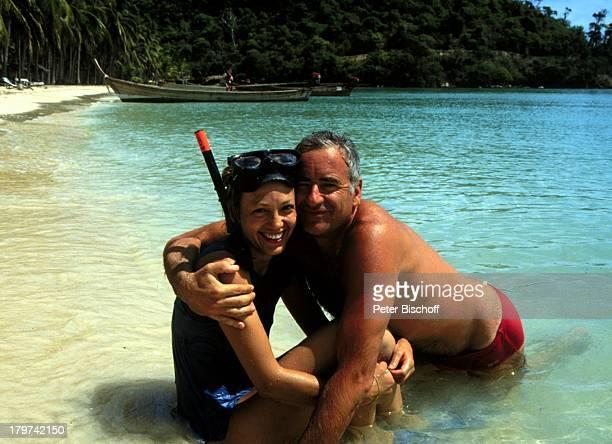 """Constanze Engelbrecht mit Peter Bongartz, am Rande der Dreharbeiten zur ZDF-Serie """"Insel der Träume"""", Strand, Baden, Wasser, Meer, Schauspieler,..."""