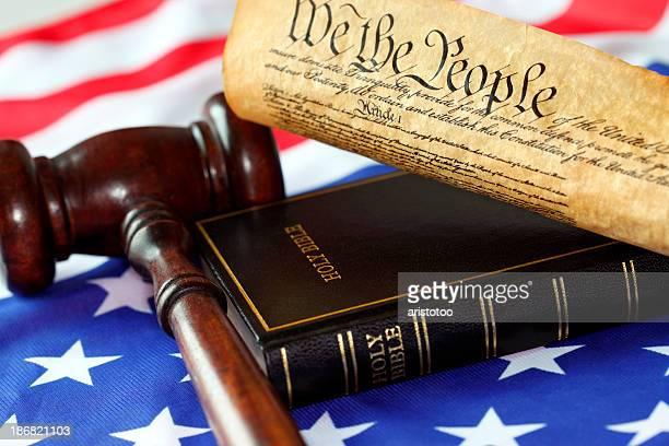 Constitution américaine, Bible, drapeau et Marteau de juge