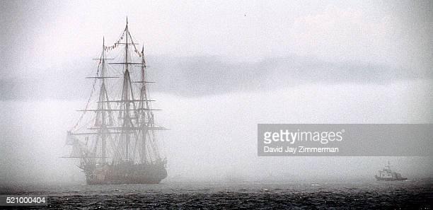 uss constitution in boston harbor - vaisseau de guerre photos et images de collection