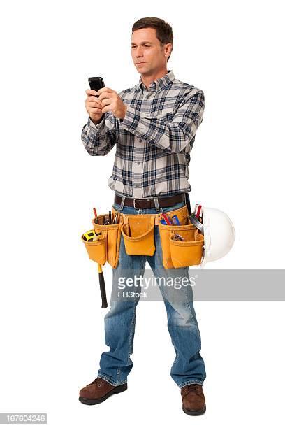 Konstruktion Auftragnehmer Carpenter mit Handy isoliert auf weißem Hintergrund