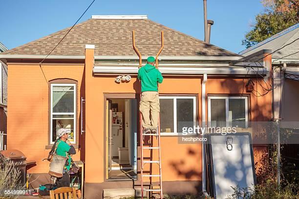 construction crew installing solar panels on a house - heshphoto photos et images de collection