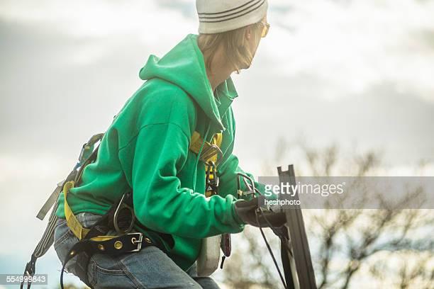 construction crew member installing a solar panel on a house - heshphoto stockfoto's en -beelden