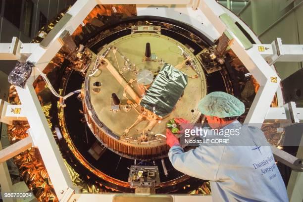 Construction de la sonde spatiale 'Huygens' à l'agence spatiale européenne le 6 mars 1997 à Munich Allemagne