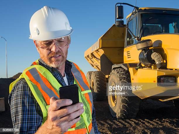 Ingénieur de Construction, camions et téléphone intelligent