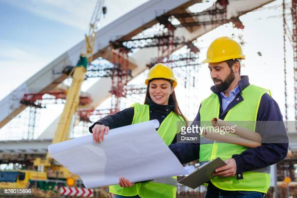 Bauingenieure, die Probleme gemeinsam zu lösen