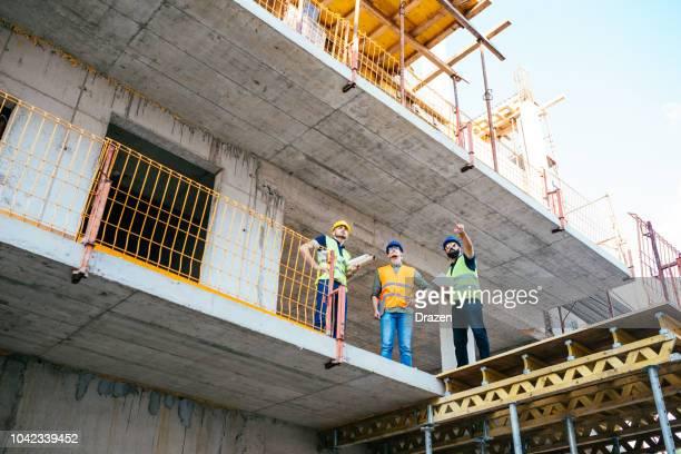 bouw - bouw van nieuwe moderne wolkenkrabber - beton stockfoto's en -beelden