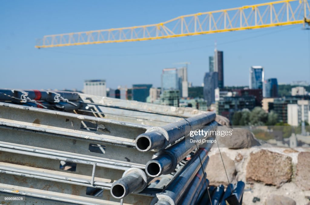 Construction material and crane : Stock-Foto
