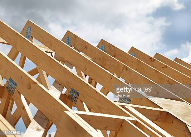 construction of a wooden roof frame underway - hout stockfoto's en -beelden