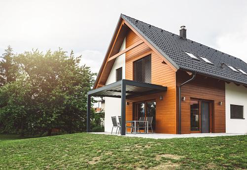 Construction of new suburban house 984039394