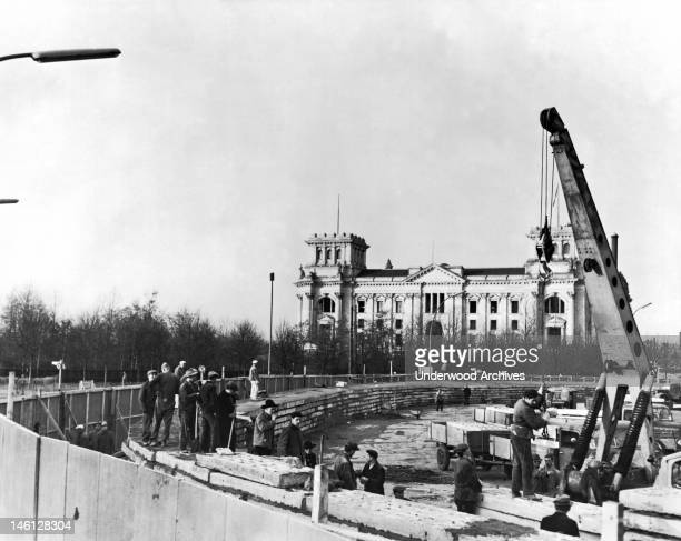 Construction of the wall separating East Berlin from West Berlin by the East Germans in front of the Brandenburg Gate Berlin West Germany November 30...