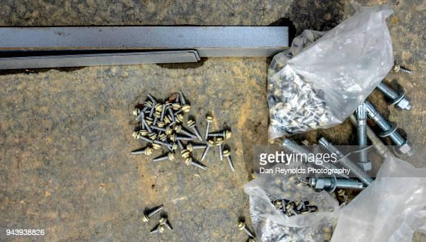 construction - screws and bolts - rebite ferramenta de trabalho imagens e fotografias de stock