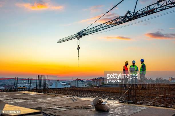 chantier de construction au coucher du soleil - structure bâtie photos et images de collection