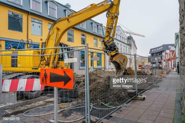 construction site, reykjavik, iceland - excavator - fotografias e filmes do acervo