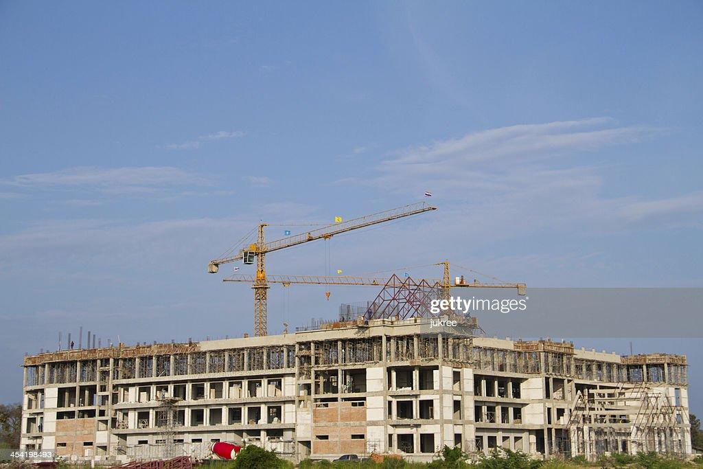Sitio de la construcción con la grúa y construcción : Foto de stock