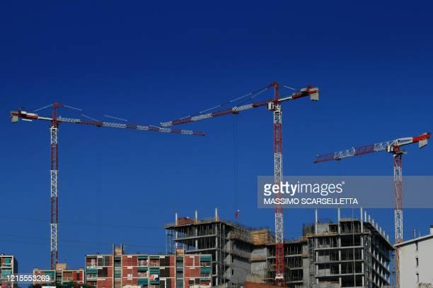 construction site with cranes against a blue sky in genoa - groothoek stockfoto's en -beelden