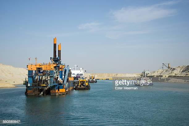 construction work on the suez canal in egypt - kanal stock-fotos und bilder