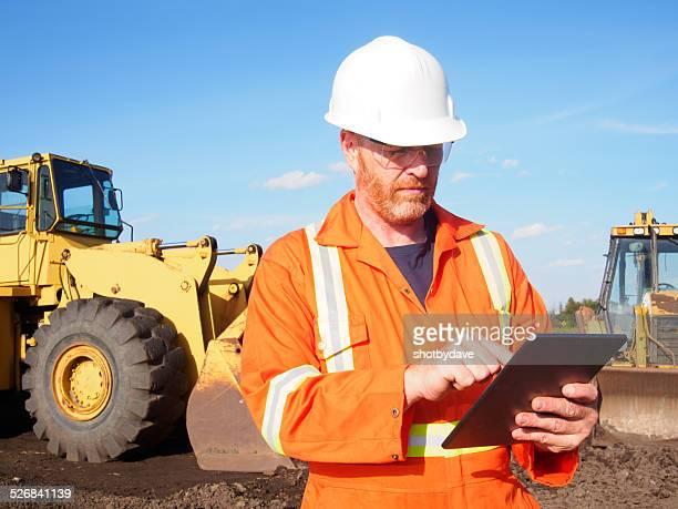 Ouvrier du bâtiment et ordinateur