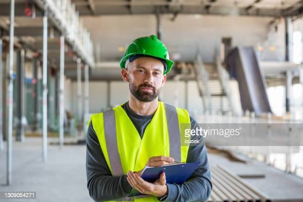 operaio edile in un cantiere interno - izusek foto e immagini stock