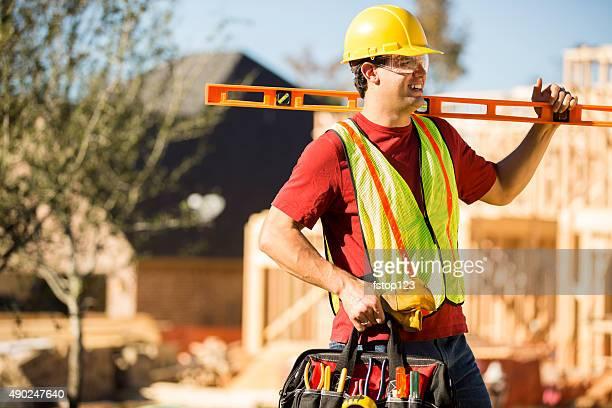 Construction worker travail bien remplie de travail site. Encadré bâtiment. Outils.