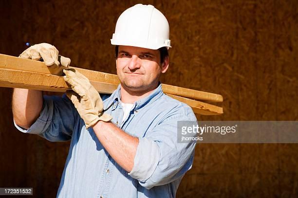 Bau Arbeiter tragen hölzernen Planken