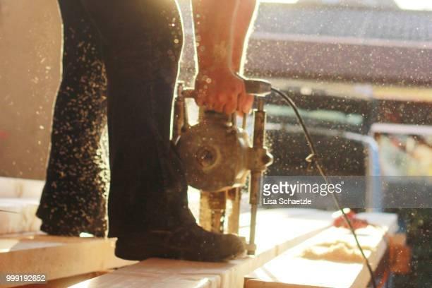 construction worker drills in wood - handwerker stock-fotos und bilder
