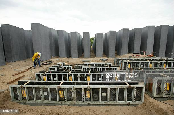 Construction worker during the erection of the memorial by the American architect Peter Eisenman in memory of the murdered Jews in Europe