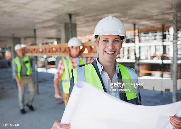 Bauarbeiter holding Werkzeuge auf Baustelle