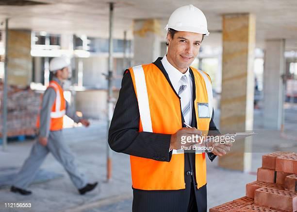Bauarbeiter holding Zwischenablage auf Baustelle