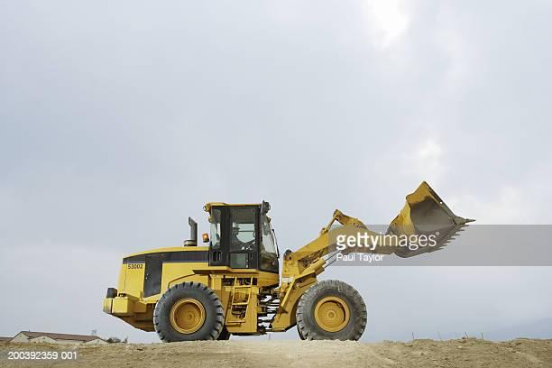 construction worker in cab of bulldozer - excavator - fotografias e filmes do acervo