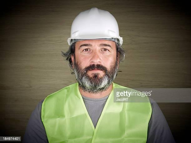 Bauarbeiter im weißen Schutzhelm