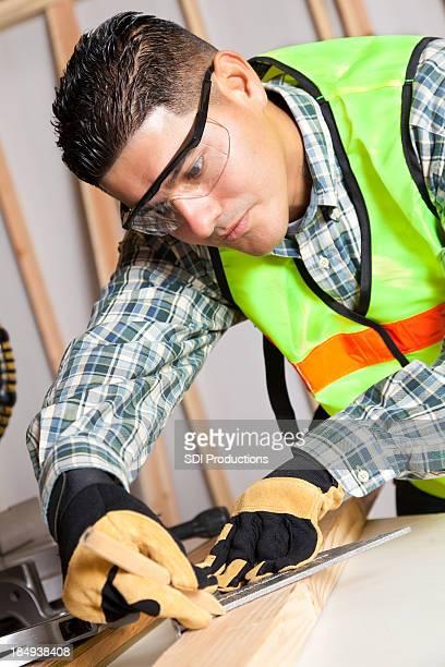 Travailleur de la Construction en bois mesure