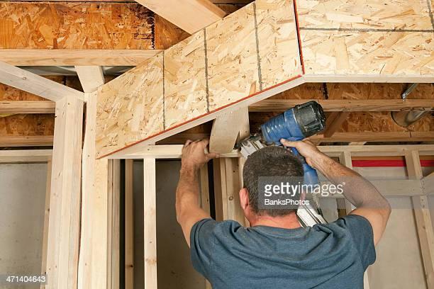 Bauarbeiter total an Decke Bord
