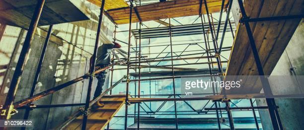 Travailleur de la Construction sur un échafaudage