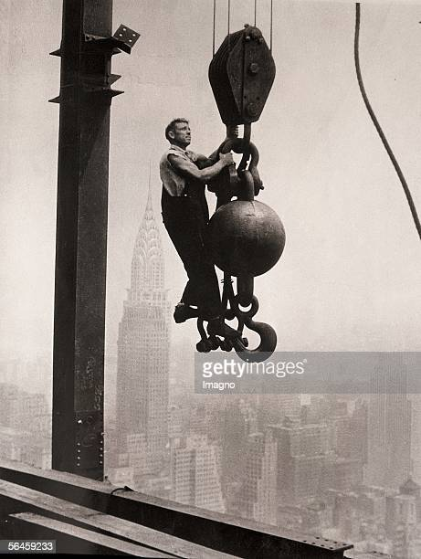 Construction worker on the Empire State Building in the background the Crysler Building Photography 1931 [Arbeiter auf dem Empire State Building auf...