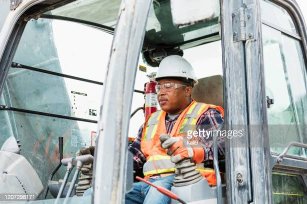 建設作業員が地球の引越しを行う - ブルドーザー ストックフォトと画像