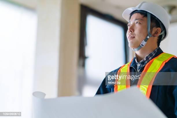 読書の青写真建設労働者 - 建設現場 ストックフォトと画像