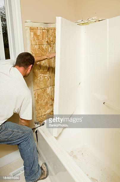 Travailleur de la Construction en supprimant une baignoire en fibre de verre