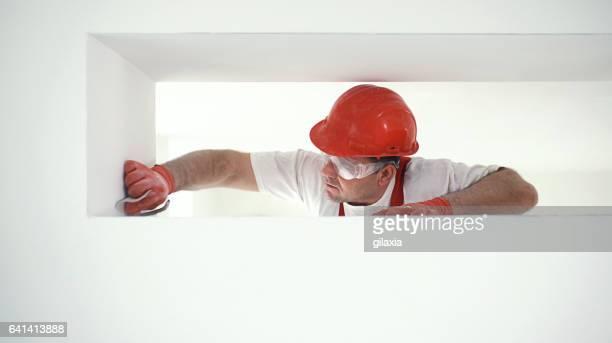 Bauarbeiter Schleifen einer Trockenmauer.
