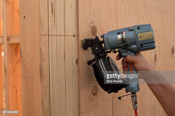 construction worker shooting nails - prego - fotografias e filmes do acervo