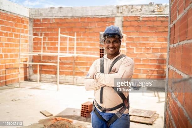 trabalhador da construção que está em um canteiro de obras - estrutura construída - fotografias e filmes do acervo